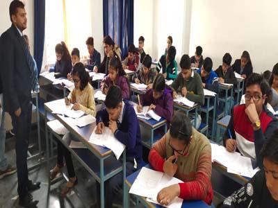 MATHURA : बलूनी क्लासेस की स्पर्धा के दूसरे राउंड में 500 छात्र छात्राओं ने लिया भाग