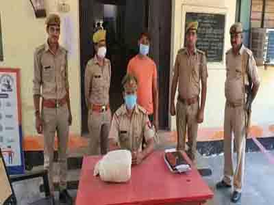 मथुरा पुलिस ने गांजे के साथ राजस्थान का इनामी पकडा